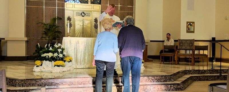 Idolatría en el matrimonio - Sacerdote bendice a una pareja